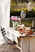 Gedeckter Tisch im natürlichen Stil
