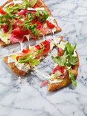 Pizza with rocket and tomatoes
