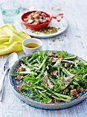 Salat aus Rucola und grünem Spargel mit Sardinen und Croutons