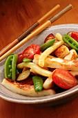 Gebratenes Gemüse in Schale mit Essstäbchen