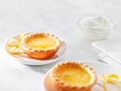 Lemon tartlets with cream