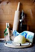 Zutaten und Utensilien für selbstgemachte sardische Gnocchetti