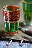 Minztee in einem orientalischen Glas