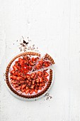 Angeschnittene Schoko-Quarktorte mit Erdbeeren (Aufsicht)