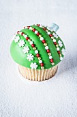 A green Christmas bauble cupcake