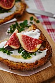 Tartine with yogurt, chives and fresh figs