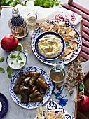 Auberginen- und Joghurtdip mit Dolmades (Griechenland)