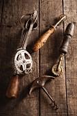 Alte Küchenwerkzeuge auf Holzuntergrund