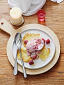 Preiselbeer-Kardamom-Eis mit Himbeeren und schwedischen Pfannkuchen