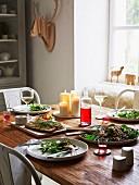 Gedeckter Tisch mit Lachs und Salat (Skandinavien)