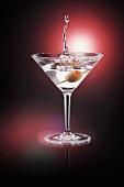 Martini mit Olive und Splash