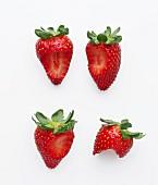 Vier angebissene Erdbeeren