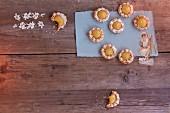Mini-Makronentarteletts mit Lemoncurd