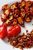 Rote Chilischoten, frisch und getrocknet