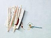 Stillleben mit Ess-Stäbchen auf asiatischer Zeitung