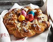 Osterkranz mit Hagelzucker und gefärbten Eiern