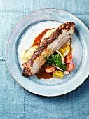 Würzig gebratener Schweinebauch mit Fenchelpüree und Fenchel-Tomaten-Salat