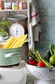 Frisches Gemüse im Seiher & Spaghetti im Kochtopf