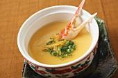 Chawanmushi - gedämpfte Eiercreme mit Sojasauce, Dashi, Fischflocken und Mirin (Japan)