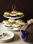 Kleine Hummingbird Cakes auf Etagere