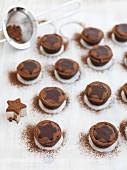 Baileys Schokoladentörtchen mit Kakaopulver