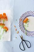 Frische Blumen als Tellerdeko