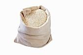Weisser Reis in einem Leinensack