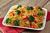 Spaghetti mit Hähnchenfleisch, Brokkoli und Paprika