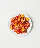 Tomatensalat aus gelben und roten Tomaten verschiedener Sorten