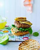 Banana Joe-Burger: Burger mit Erdnusscreme, Spinat & Banane