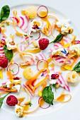 Gemüsesalat mit Essblüten, Frischkäse und Himbeeren