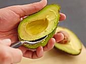 Avocado-Fruchtfleisch aus der Schale lösen