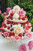 Baisertorte mit Beeren und Blüten