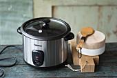 Elektrischer Reiskocher und Kochutensilien aus Holz