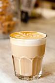 Caffè latte mit Milchschaum im Glas