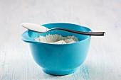 Backzutaten: Rührschüssel mit Mehl & gestrichener Löfffel mit Zucker