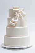 Elegante Hochzeitstorte mit weisser Schleife