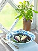 Holunderbeerensuppe mit Griessklössen