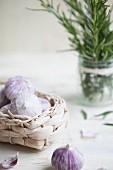 Ackerknoblauch im Korb und Rosmarinzweig im Glas