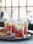 Rhabarberkompott mit Mascarponecreme und Zitronenzesten in Gläsern