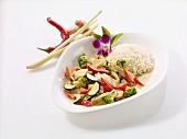 Grünes Hähnchencurry mit Kokosmilch und Reisbeilage (Thailand)
