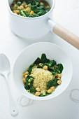 Eintopf mit Couscous, Kichererbsen und Spinat