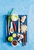 Zutaten für ein asiatisches Gericht auf blauem Untergrund