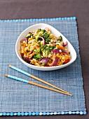 Gebratener Reis mit Hähnchen, Paprika, Brokkoli und roten Zwiebeln in süsssaurer Sauce (Asien)