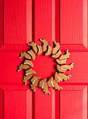 A door wreath made from gingerbread reindeer
