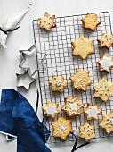 Vanille-Clementinen-Plätzchen mit Zuckerglasur und Silberperlendekoration