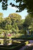 Niedrige Hecken um Rabatten in sommerlichem Garten