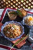 Knusprig gebratene Nudeln mit Garnelen (Thailand)