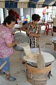 Frauen bei der Herstellung von süssem Reis