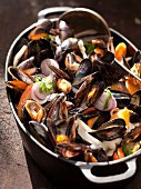 Mussel stew with red onions